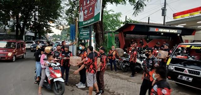 Buka Bersama Tim URC PP Kudus Bagi Takjil di Traffic Light Panjang