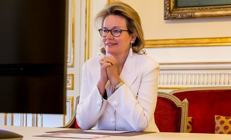 Queen Mathilde wore a silk blend cady one button blazer from Giorgio Armani. The Queen's pink drop diamond earrings
