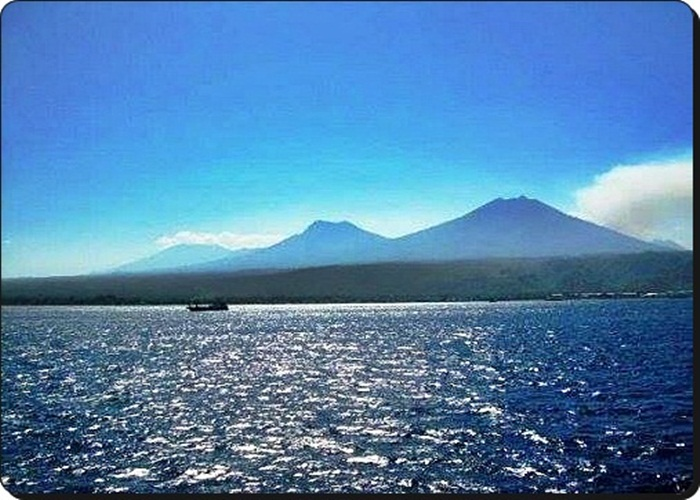 Siluet Baris Pegunungan Rinjani dari atas kapal penyeberangan Lombok ke Bali