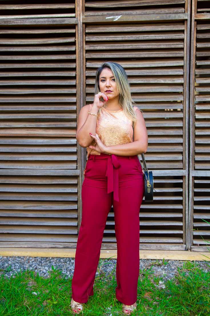 Look do dia: blusa dourada e calça vinho