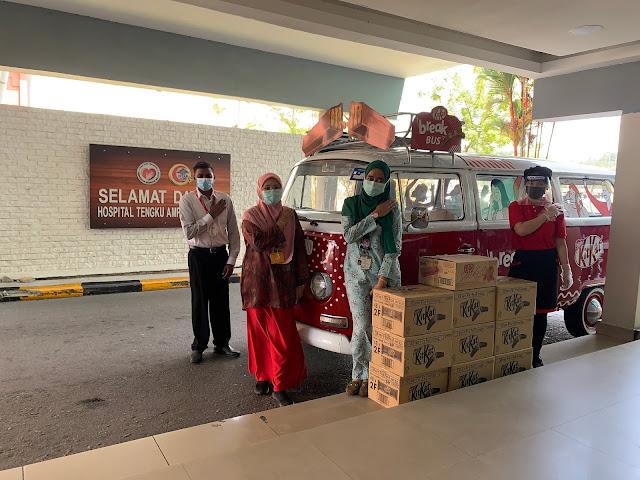 The KITKAT Break Bus presenting product donations to Hospital Tengku Ampuan Rahimah Klang representatives.