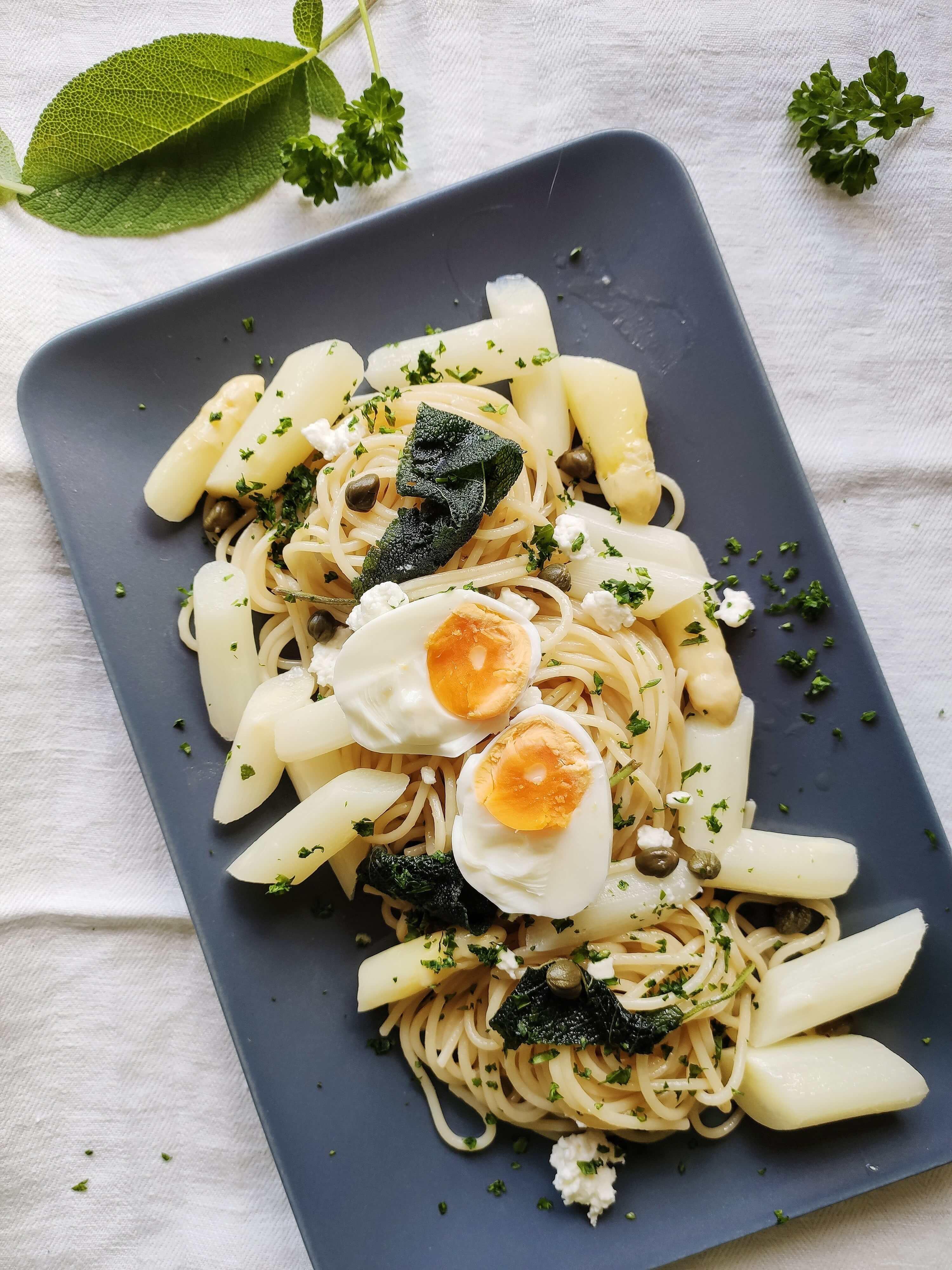 Schnelles Rezept für frische Salbei Pasta mit Spargel