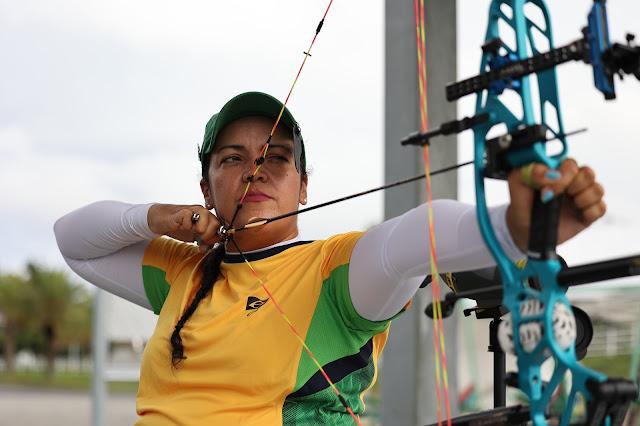 Jane Karla atira em treinamento