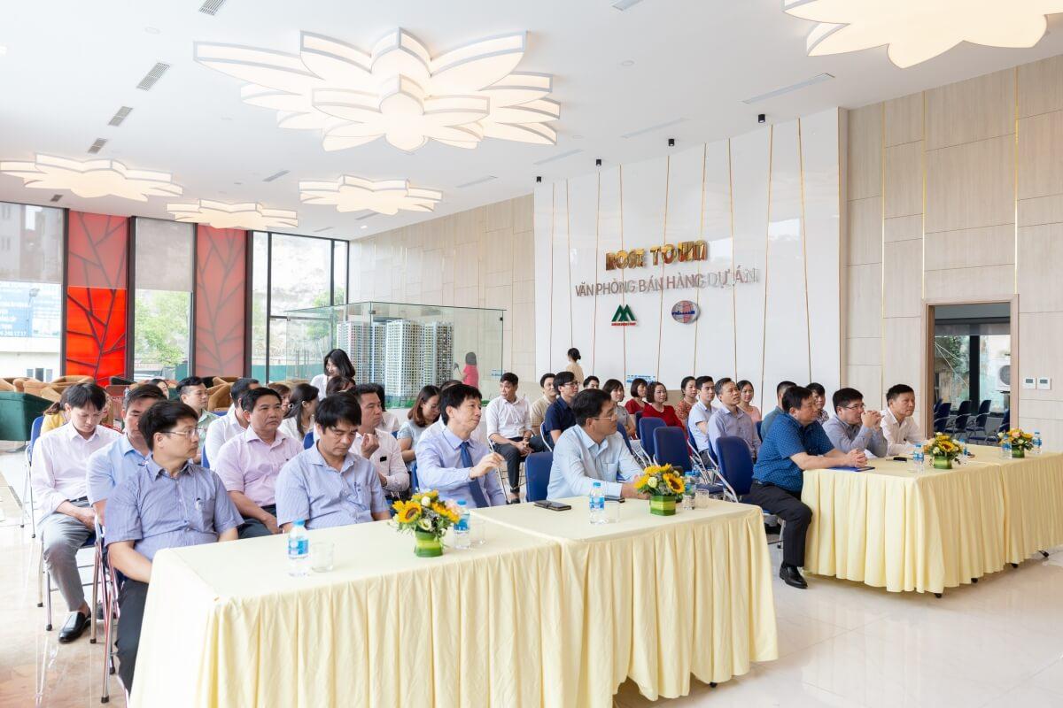 Đội ngũ cán bộ CNV tham gia buổi lễ ký kết hợp tác Xuân Mai Rose Town