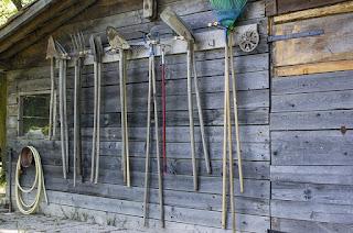 Gartengeräte an Schuppenwand aufgehangen