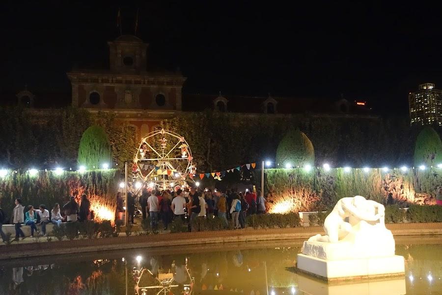カタルーニャ州議会議事堂と彫刻「Desconsol」