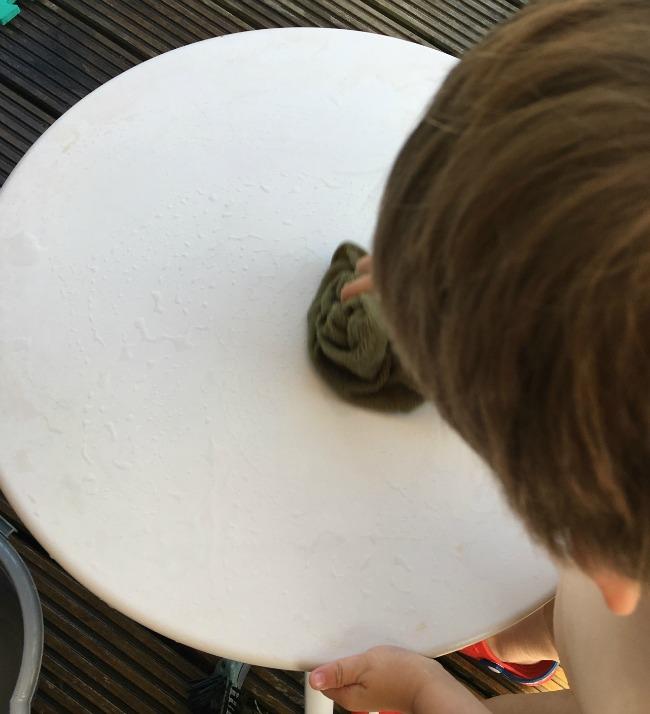 5-minute-games-muddy-creatures-toddler-cleaning-table