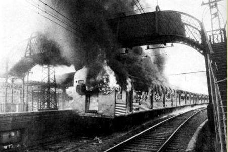 Em outubro de 1983, cerca de 6 mil passageiros depredaram dois trens na já denominada Estação Jaraguá (antiga Estação Taipas). Foto: acervo Felipe Araújo do Jornal da Tarde / Site: Estações Ferroviárias