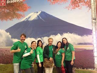 Equipe dos Cuidados Integrativos no Festival do Japão 2016, posando diante de uma foto do Monte Fuji