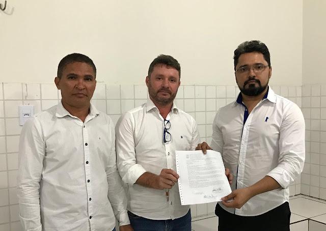 Vereadores na Delegacia Regional de Chapadinha, após registro da ocorrência