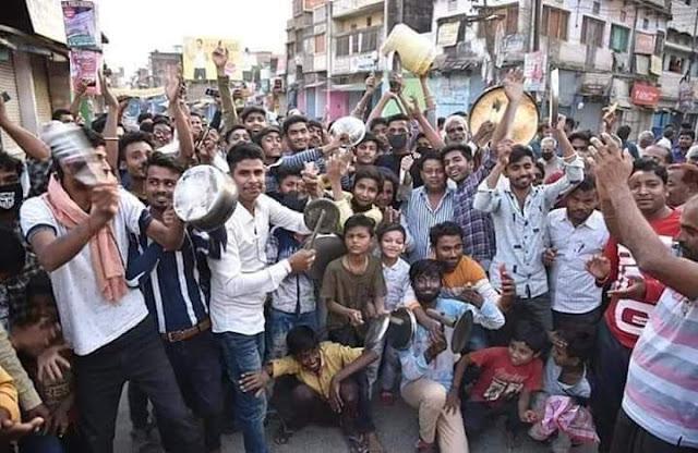 भीड़ बनाकर CoronaVirus को न्योता दे रहे गंवार भक्त