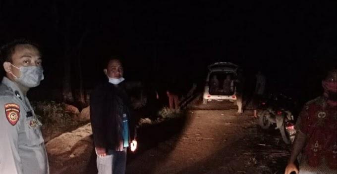 Polsek Semaka dan Warga Evakuasi Jenazah Kakek 90 Tahun