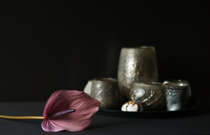 Blog + Fotografie by it's me! - Anthurie mit Teelichtgräsern in Grautönen auf einem schwarzen Tablett