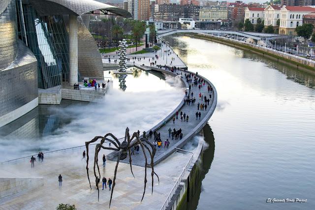 Mama, por L. Bourgeois y Escultura de Niebla nº 08025 por F. Nakaya - Bilbao, por El Guisante Verde Project
