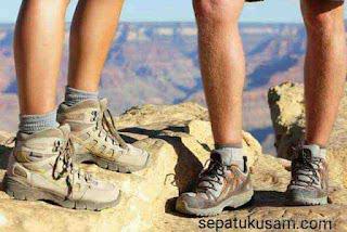 """alt=""""jenis sepatu ang cocok untuk travelling"""""""