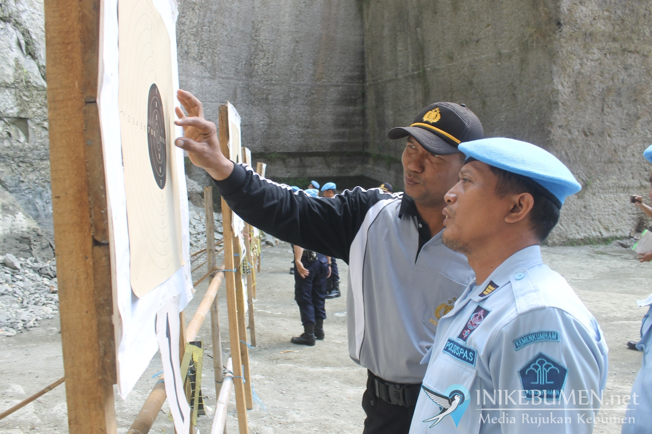 Petugas Rutan Kebumen Dibekali Latihan Menembak
