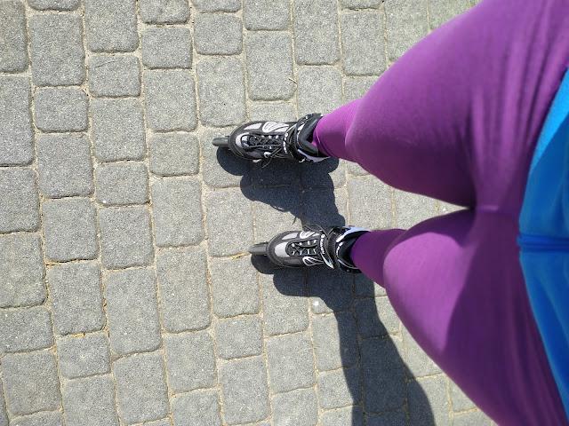 szczupłe uda, jazda na rolkach, aktywność fizyczna na nogi