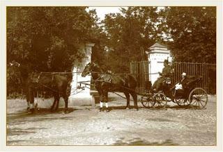 Powóz zaprzężony w cztery konie