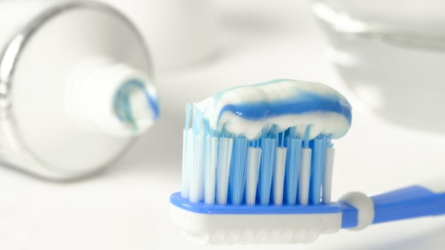 menggunakan pasta gigi