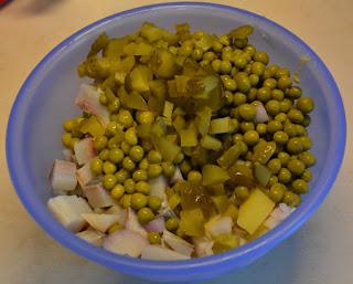 sałatka śledziowa z groszkiem i ziemniakami