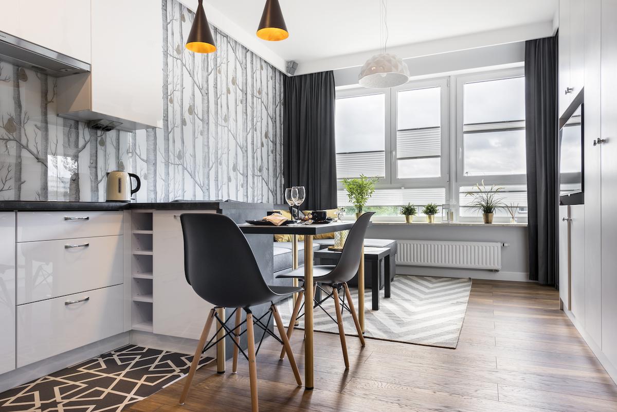Cocina con barra abierta al salón con papel pintado de inspiración nórdica