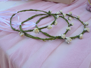 διακόσμηση βάπτισης με στεφανάκια από λουλούδια για τα κοριτσάκια