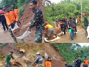 Banser Gununghalu KBB Bersihkan Longsor yang Menutupi Jalan