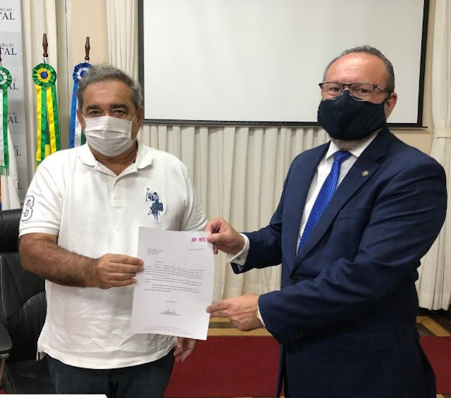 Vereador Ranieri Barbosa entrega ao prefeito Alvaro Dias documento oficial do deputado Luiz Tibé