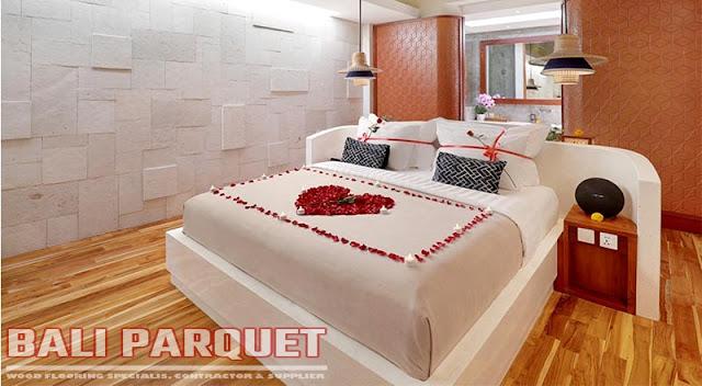 tampilan kamar tidur villa asvara ubud bali menggunakan lantai kayu