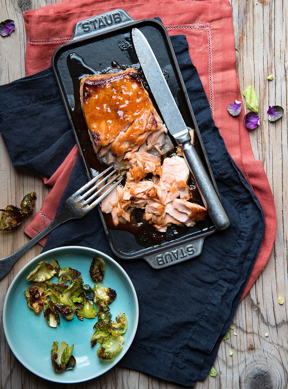 Wintersalat mit gerösteten Rosenkohlblättern und Pulled Lachs
