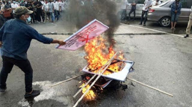 Massa di Medan Demo, Injak dan Bakar Spanduk Bergambar HR5