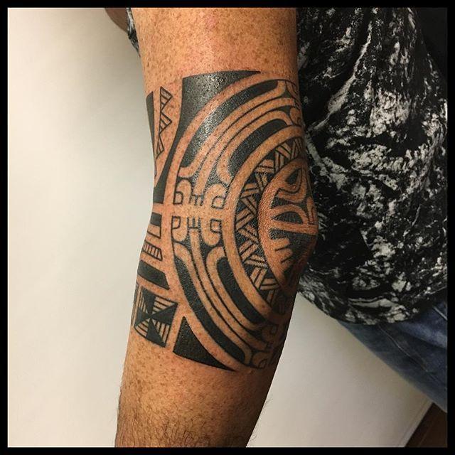 Tatuaje maori en el codo