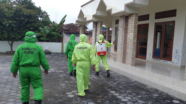 Sinergitas Koramil Dan Polsek Pedan Melaksanakan Penyemprotan Disinfektan Bersama
