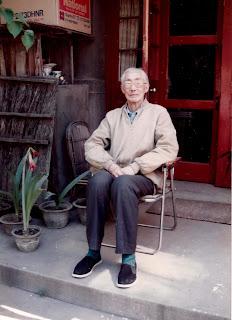 洪谦先生留赠给他唯一承认的学生还学文的照片