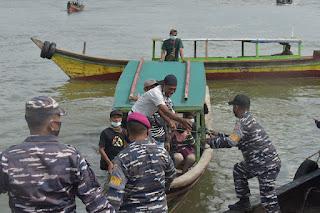 Ada Penyuntikan Vaksin dan Pemberian Sembako, Nelayan Serbu Dermaga Lantamal I Belawan