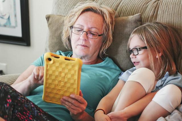 Cosas que puedes enseñarle a tus abuelitos en esta cuarentena