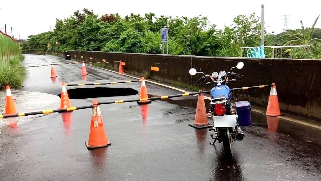台南強降雨來襲|安南區往南科方向道路出現深1公尺大坑洞