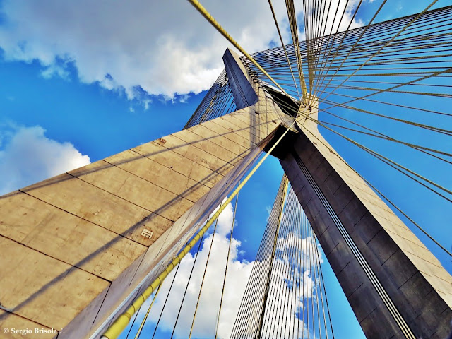 Perspectiva inferior do Mastro da Ponte Octávio Frias de Oliveira - Ponte Estaiada - Jardim Panorama - São Paulo