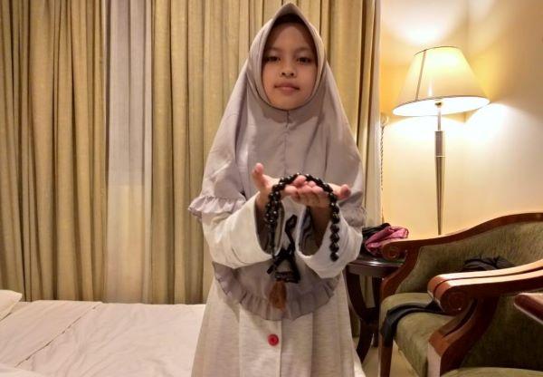 Naila, Bocah Penghafal Sejarah Islam Dapat Tasbih Kiai Said