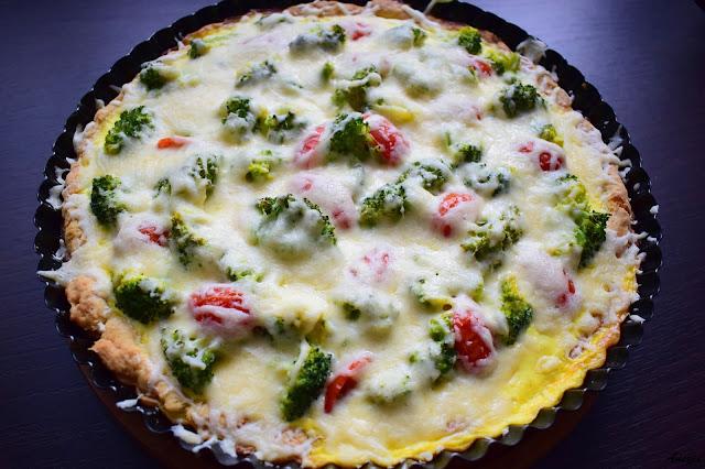 Brokułowa tarta z pomidorami i serem