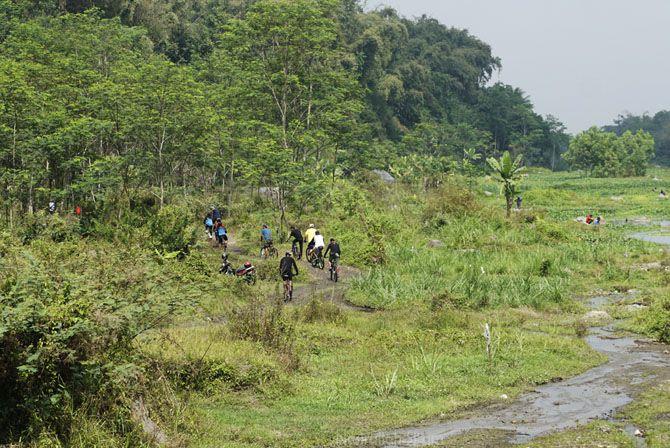 Pesepeda meninggalkan Grojogan Watu Purbo