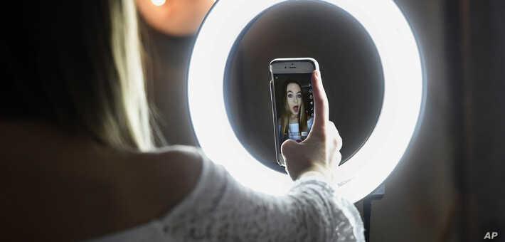 TikTok se ha convertido en una de las aplicaciones favoritas de adolescentes y niños, pero recientemente ha sido señalada de violar la privacidad de los menores / AP