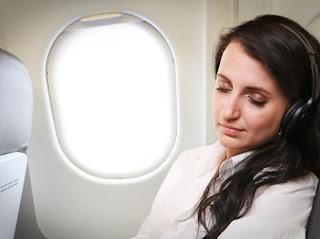 beristirahat di pesawat