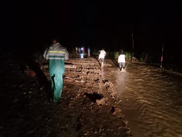 Polres Tanggamus Terjunkan Personel Bantu Warga Terdampak Banjir dan Longsor di Semaka