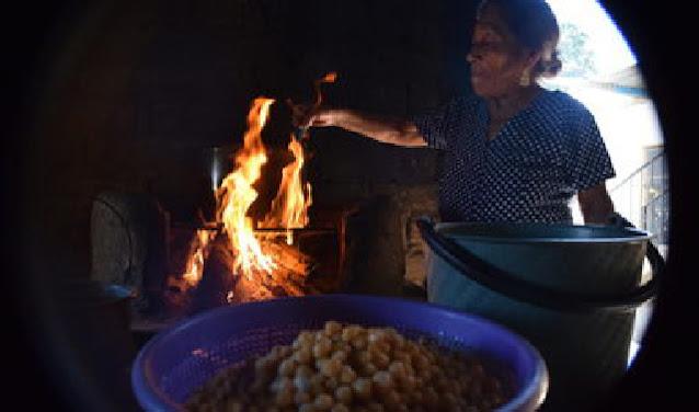 Doña Inés haciendo Mole para la Feria de recetas olvidadas en Santo Domingo Tomaltepec, Oaxaca; Cocina Colaboratorio. Fotografía: Emma Villaseñor.