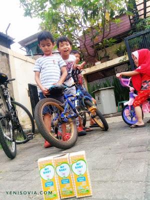bersepeda bisa dijadikan kegiatan asyik bermain di luar untuk anak