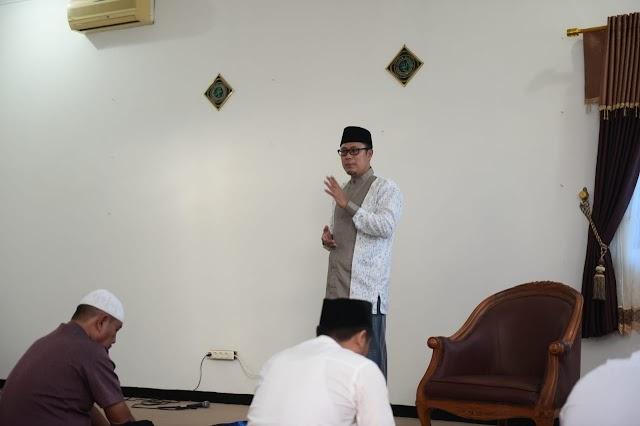 Achmad Fahmi, mengimami Sholat Idul Fitri Bersama Keluarga Inti Di kediaman Rumah Dinas