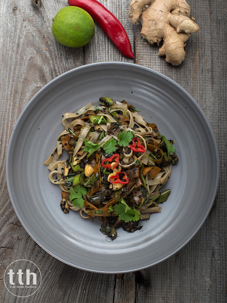 Makaron ryzowy z marchewka, sezamem i nerkowcami - przepis weganski, bezglutenowy