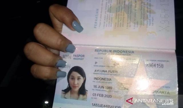 Paspor baru Lucinta Luna. ANTARA