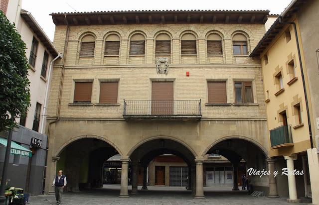 Ayuntamiento desde la Plaza de los Arcos de Sangüesa, Navarra